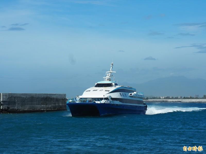 綠島交通船明天上午8時起疏運島上旅客。(記者王秀亭攝)