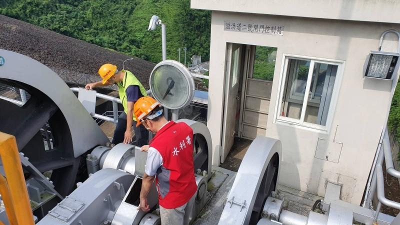 水利署南水局人員巡檢水庫設施,為調節性放水做準備。(記者洪臣宏翻攝)