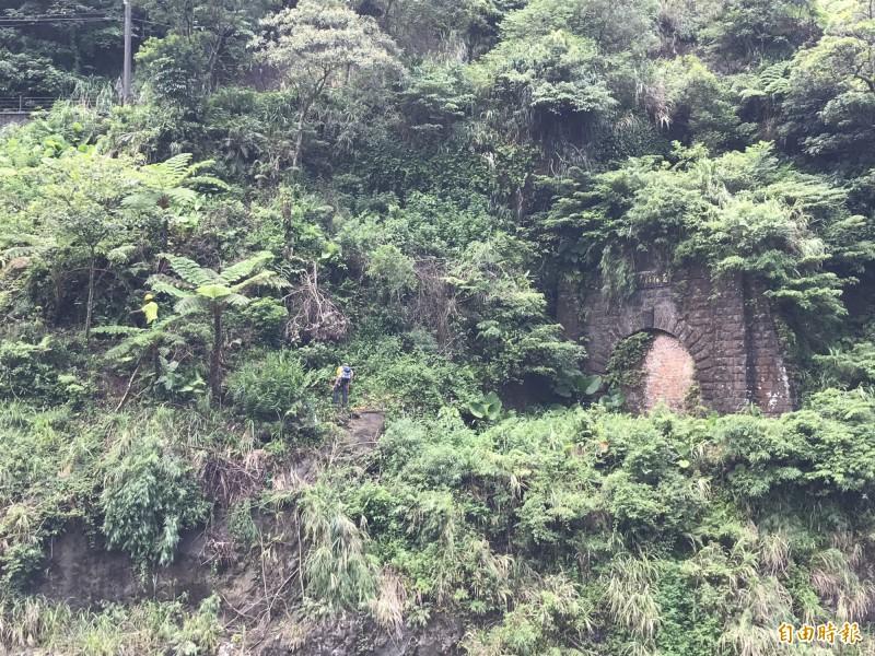 三瓜子隧道上方有「至誠動天地」題字,形容開挖隧道的浩大艱辛,工程人員用繩索垂吊方式,探勘山壁地質。(記者林欣漢攝)