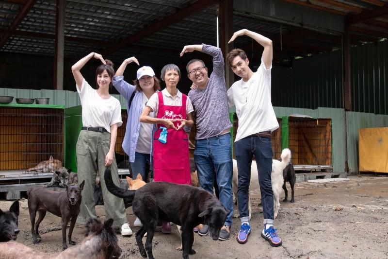 OB嚴選創辦人JOAN(左二)與藝人陳敬軒、張雁名擔任一日愛心志工,開啟浪浪幸福計畫。(台灣動物緊急救援小組提供)