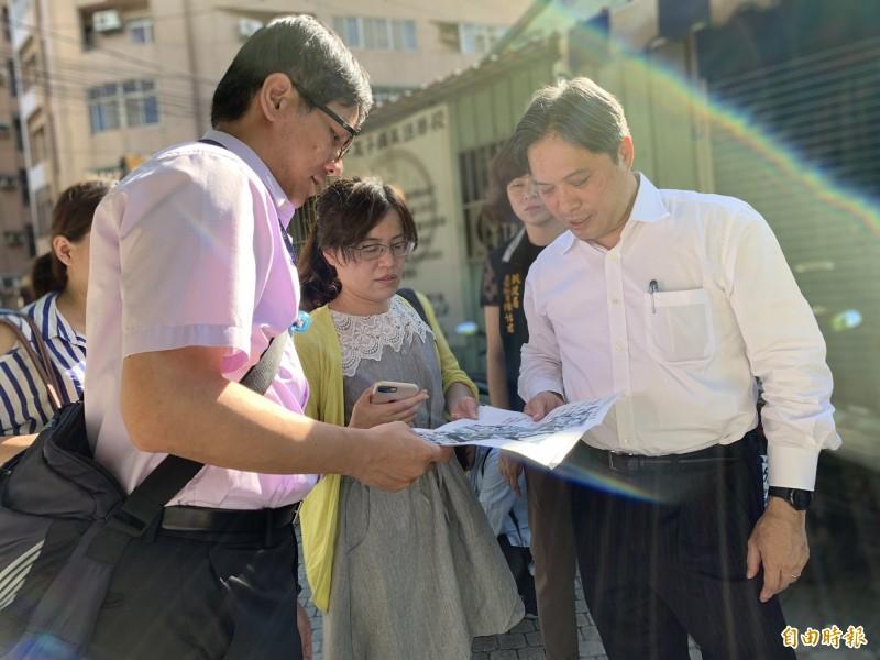 新北市副市長吳明機(右)到樹林區視察市政。(記者邱書昱攝)
