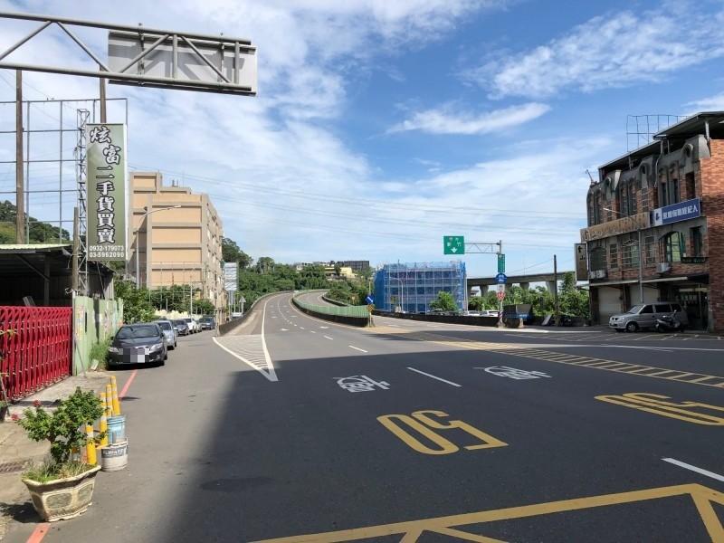 新竹縣政府警察局表示,為提醒用路人減速,將在竹東鎮台68線下北興路三段匝道增設固定式測速照相桿,預計最快年底開始執法,速限50公里。(記者廖雪茹翻攝)