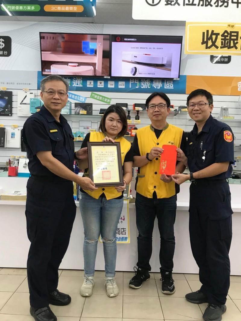 台南永康3C家電門市店員一小時內協助攔下2起詐騙案,警方也前往頒發感謝狀,感謝店員協助保護民眾財產安全。(永康警分局提供)