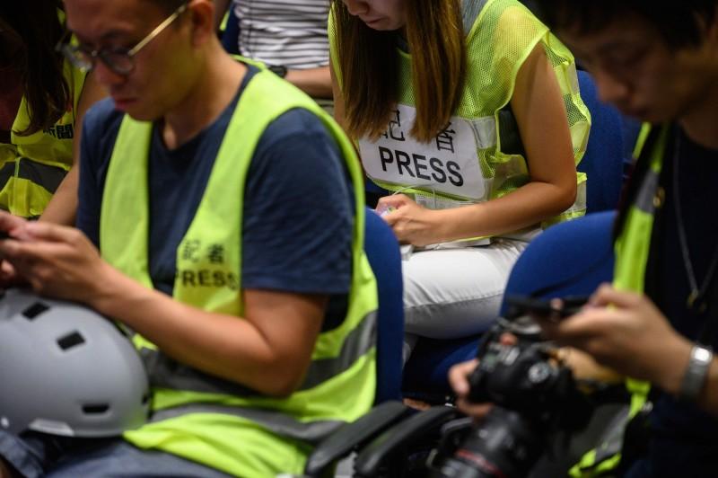 香港記協強調,示威現場採訪的記者均穿著寫有「記者」或「PRESS」字樣的反光衣、頭盔並出示記者證,容易與示威者區別。(法新社)