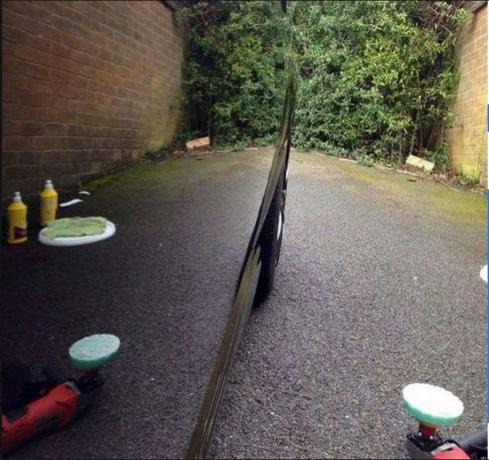 原po拍下自己愛車洗車打蠟的成果照,就像是一面鏡子一樣。(圖擷自爆廢公社)