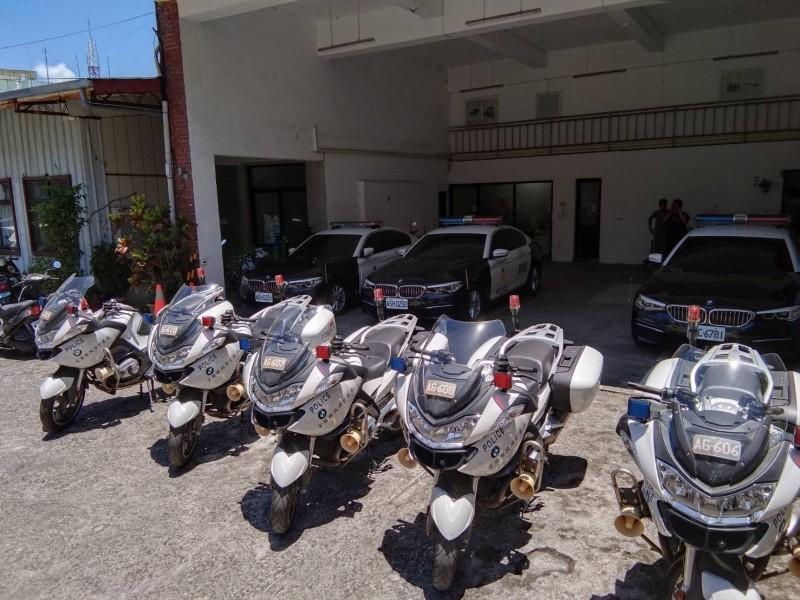 宜蘭縣警察局為了蘇花改執勤需求,採購多部BMW警用重機及6部5系列柴油房車,帥度破表。(記者張議晨翻攝)
