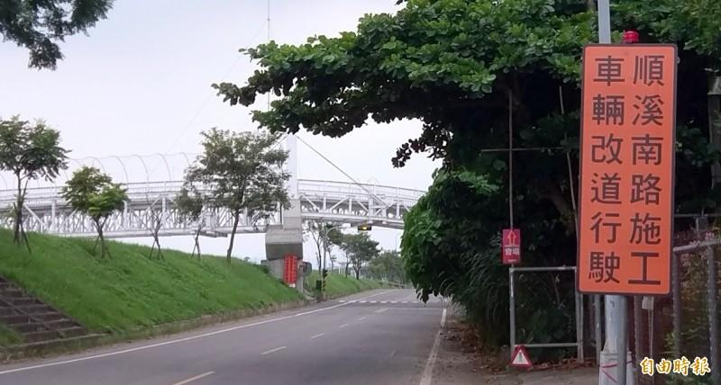南投市公所透過告示牌提醒民眾順溪南路施工時,車輛要改道行駛。(記者謝介裕攝)