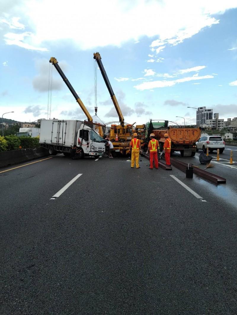 國道一號南下70.6公里處發生4貨車連環撞,國道警方到場排除事故。(國道警方提供)
