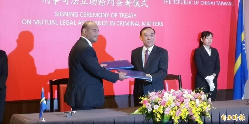 我國法務部長蔡清祥與諾魯共和國司法及國境管理部長David Adeang簽署司法互助條約。(記者黃捷攝)
