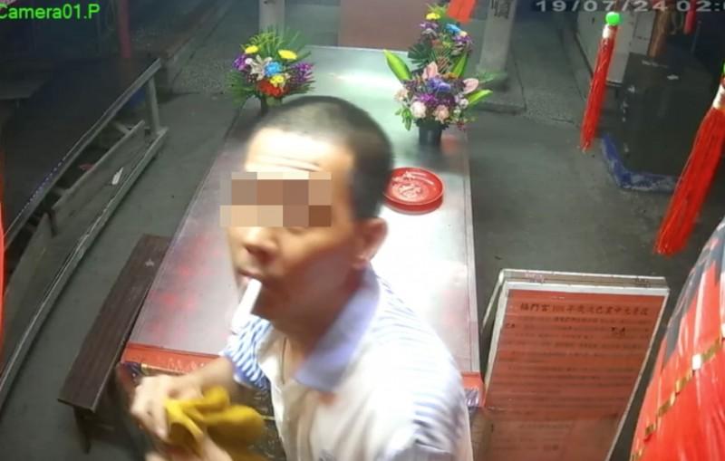 竊賊拿起濕抹布,準備將監視器蓋上,防止行被拍。(翻攝畫面)