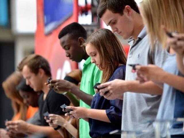 美國調查顯示,千禧世代年輕人中,有3分之1不情願地選擇單身,因為他們在愛情追求上根本「負擔不起」。(法新社)