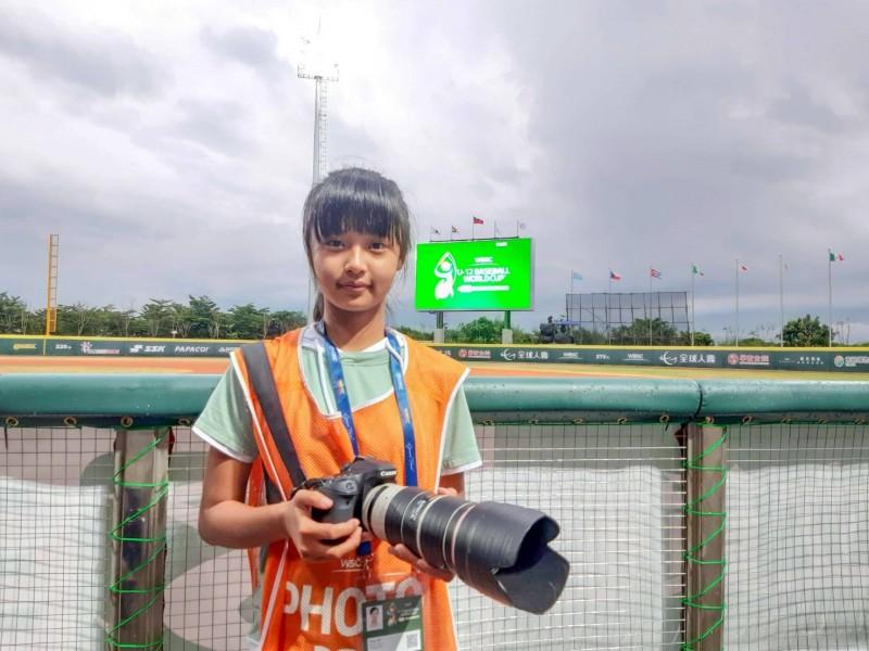 身兼大學生與業餘記者的林亭,常揹著攝影器材自費到各地拍攝球賽,希望能幫球員留下珍貴紀錄。(林亭提供)