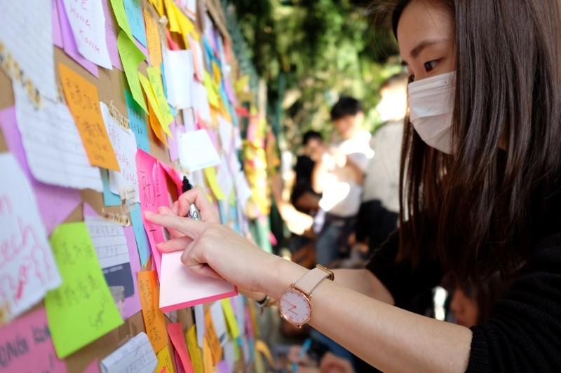 昆士蘭大學5日發生「反送中」連儂牆遭惡意毀壞的事件。圖為上月28日香港學生團體在布里斯本(Brisbane ,昆士蘭大學所在地)發起反送中遊行,並聲援日前遭中國學生動粗的港生。(擷取自Hong Kong Free Press HKFP臉書粉絲專頁)