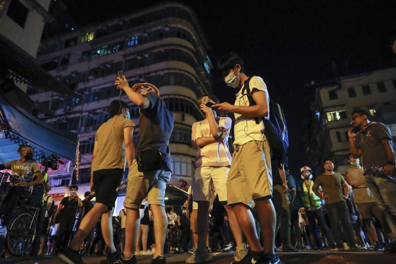 圖為昨日聚集在深水埗街頭聲援方仲賢的群眾。(美聯社)