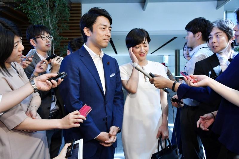 小泉進次郎(左3)將和女主播瀧川克莉絲汀(右3)結婚。(路透)