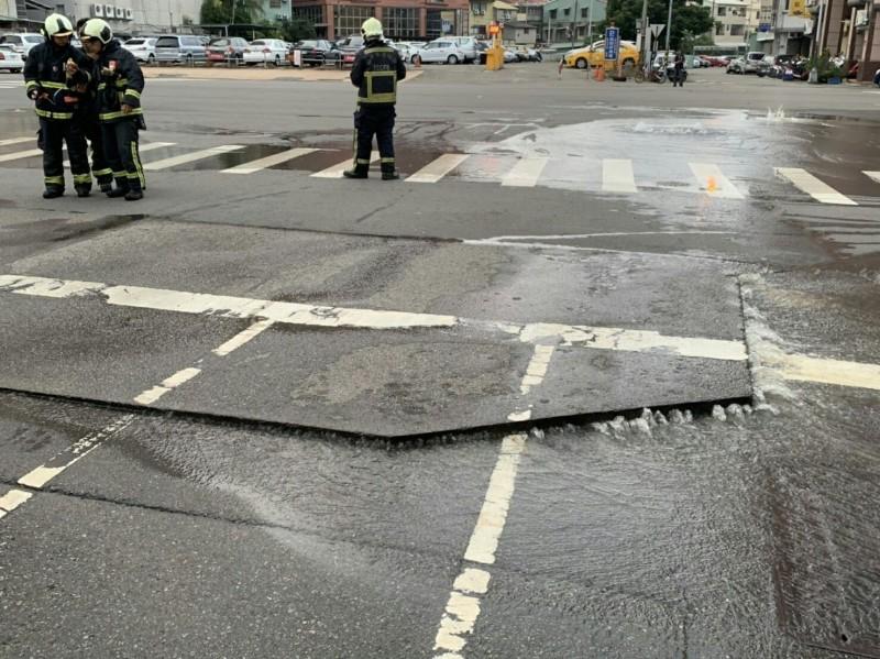 台中市南區高苑路及南平路口地面隆起約3平方公尺,造成瓦斯漏氣。(記者陳薏云翻攝)