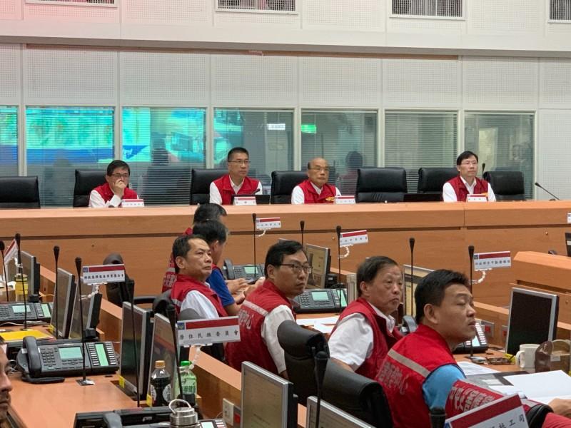 行政院長蘇貞昌(後排右二)緊急前往中央災害應變中心視察。(記者陳薏云翻攝)