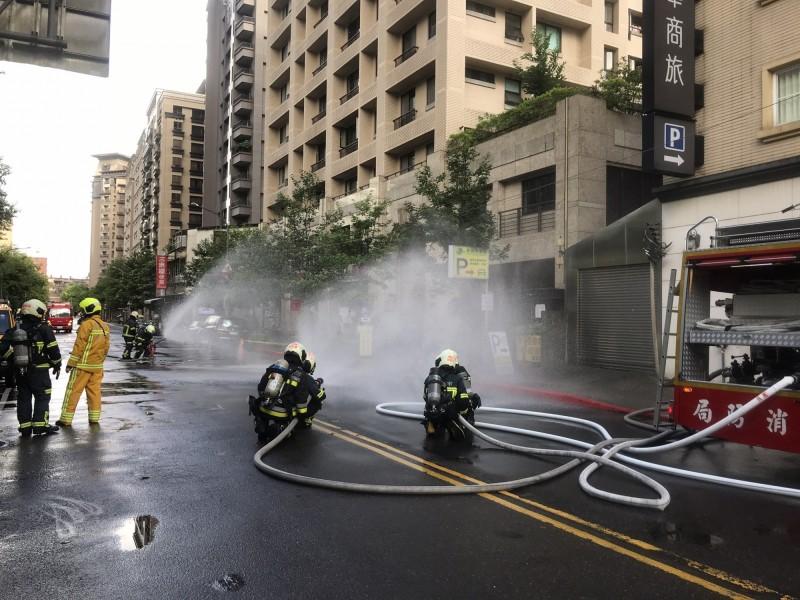南港園區街發生瓦斯外洩情況,警消封街灑水戒備。(記者姚岳宏翻攝)