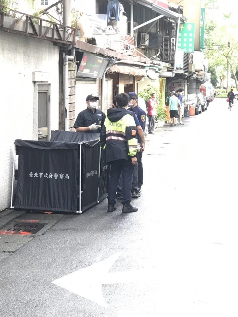 警方在仁愛醫院旁巷弄發現嬰屍,通知鑑識人員現場採證中。(記者姚岳宏翻攝)