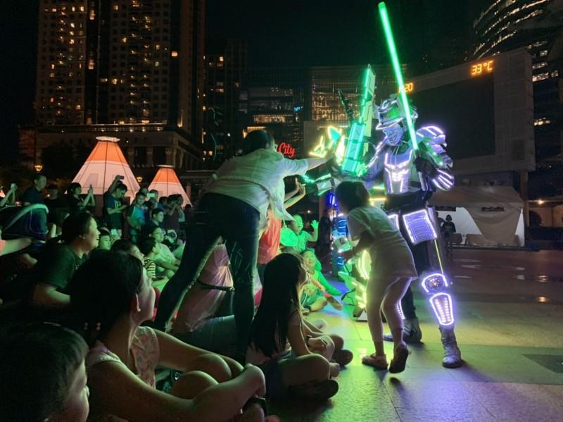 「新北市兒童藝術節」於市民廣場及周邊戶外活動將全數暫停,圖為日前西班牙BIG DANCERS首來台!與LUXY BOYS 電音三太子世紀共演。(新北文化局提供)