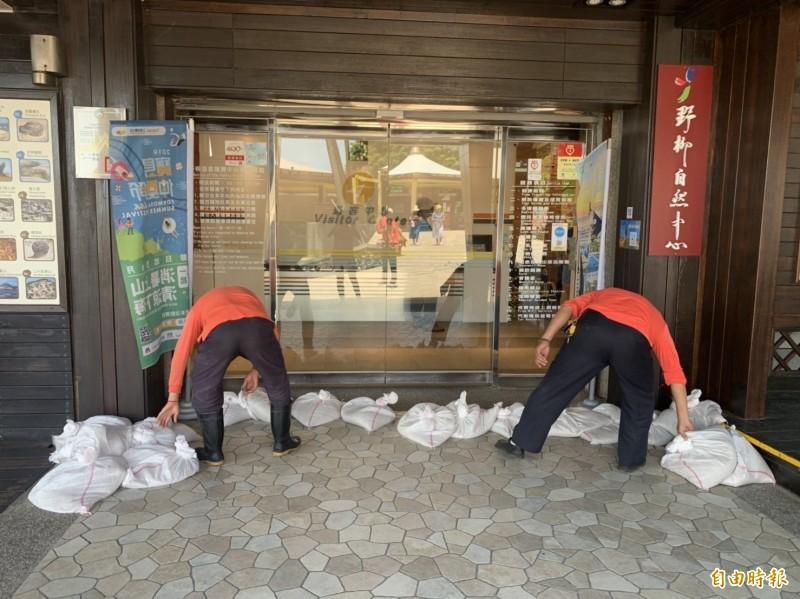 利奇馬颱風逼進,新北市野柳地質公園今天暫停營業,員工仍不敢大意,堆置沙包加強防颱作業。(記者俞肇福攝)