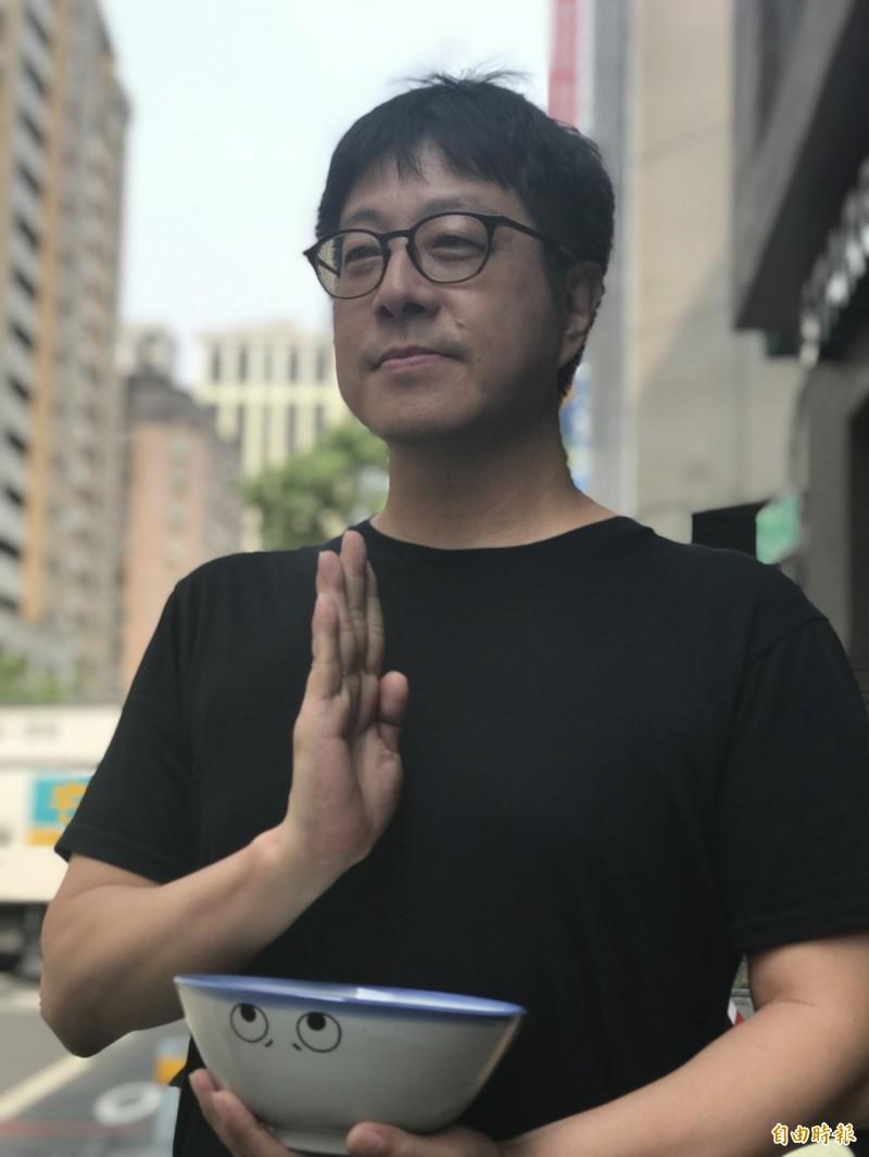 WeCare高雄發起人尹立做出祈禱動作,指韓國瑜25年前曾說政治人物競選期間跟選民開了政治支票沒有兌現,被罷免就沒話說。(記者黃良傑攝)