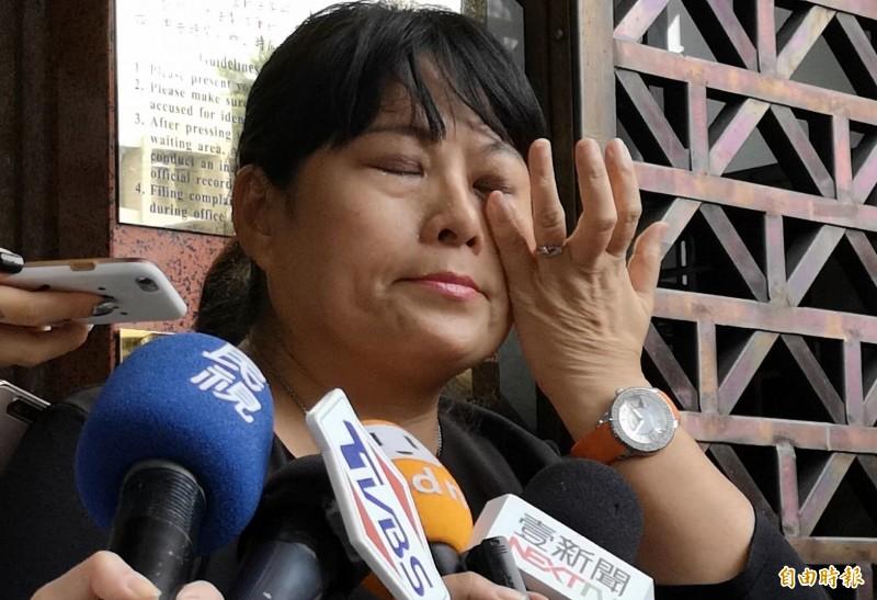 紙風車劇團今至台北地檢署提告,副執行長張敏宜當場飆淚喊:「我真的爆炸了。」(記者黃捷攝)