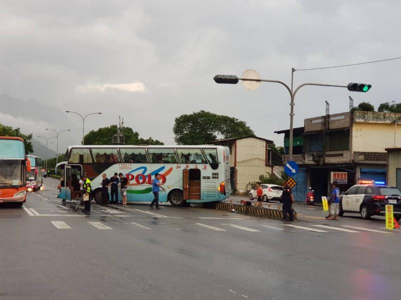 輛搭載新加坡遊客的遊覽車,今天下午自太魯閣國家公園返回花蓮市區,疑似因天雨路滑加上視線不佳,5點23分行經台九線191.5公里處時自撞分隔島。(民眾提供)