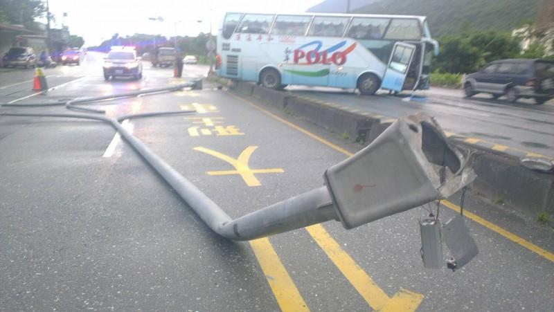 載滿新加坡遊客的遊覽車,疑似因天雨路滑加上視線不佳,行經花蓮路段時自撞分隔島。(民眾提供)