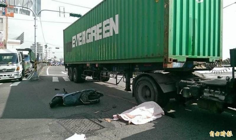 曾女未依規定2段式左轉,逕自左轉撞上貨櫃車,不幸命喪輪下。(資料照)
