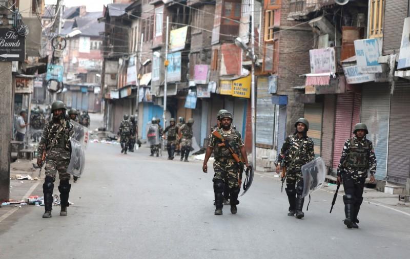 印度政府5日廢止印控喀什米爾的「特殊地位」,剝奪「自治權」並增兵接管,至今約有560人遭安全部隊拘押。(歐新社)