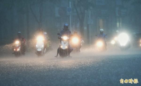 颱風帶來風雨,連鎖速食業者在停班停課縣市暫停外送服務。(資料照)