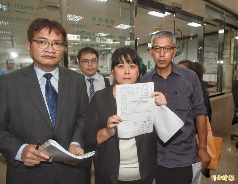 紙風車文教基金會副執行長張敏宜(中)前往台北地檢署,控告律師葉慶元妨害名譽。(記者方賓照攝)