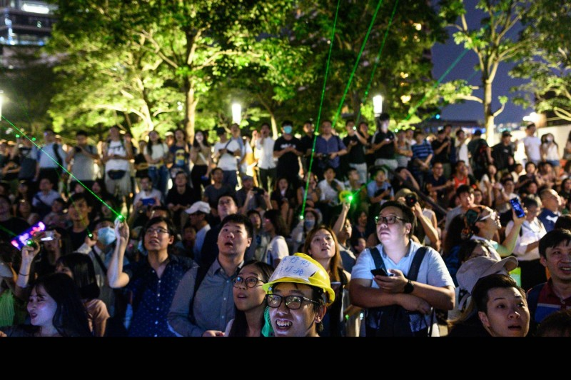 澳洲與紐西蘭的大學都有香港學生分別進行支持反送中的活動,並與中國學生發生衝突,中國外交部今日表示,支持中國學生的「愛國行為」。圖為香港群眾昨日在九龍尖沙咀的集會。(法新社)