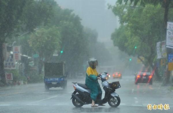 今(8)日颱風逐漸接近,北台灣已有間歇陣雨出現,隨著時間愈晚,北部及宜蘭、花蓮的風雨將會愈來愈明顯,容易有局部大雨或豪雨發生,中南部及台東下半天也會有明顯的短暫陣雨或雷雨,山區並有局部大雨發生機率。(資料照)