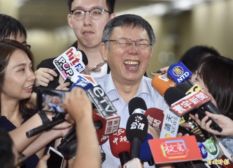 台北市長柯文哲6日成立「台灣民眾黨」,遭國民黨主席吳敦義批評「違背道德,剽竊人家的黨名」,柯今天受訪反諷吳「白.....」。(記者簡榮豐攝)