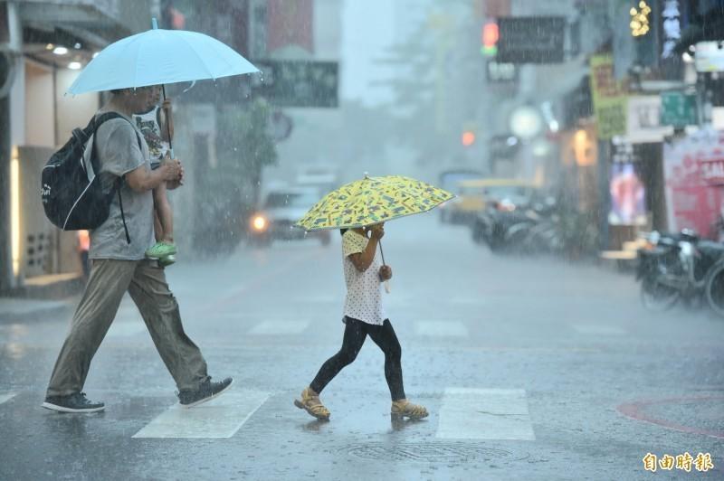 氣象局指出,今日全台有12縣市恐分別出現豪雨或大雨,民眾外出上班應小心安全。(資料照)