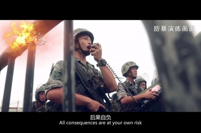 解放軍日前播出宣傳片,並以粵語警告示威者「後果自負」。(法新社)