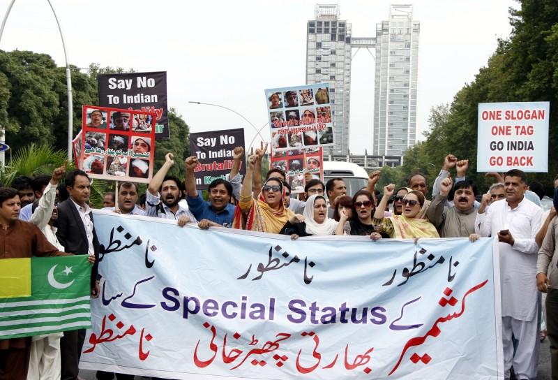隨著喀什米爾衝突升溫,今日巴基斯坦總理宣布,禁止所有印度的戲劇、電影等等。圖為巴基斯坦民眾上街要求印度還回喀什米爾。(法新社)