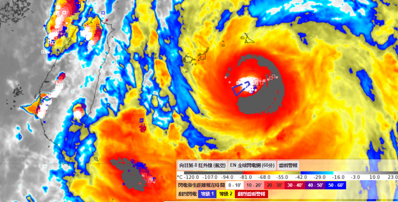 彭啟明在臉書指出,颱風眼密集出現閃電、落雷,代表系統還在增強。(圖擷取自彭啟明臉書)