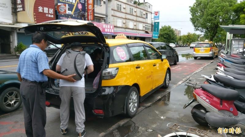 宜蘭國道客運今中午前停駛,趕時間民眾轉乘計程車前往台北。(記者張議晨攝)