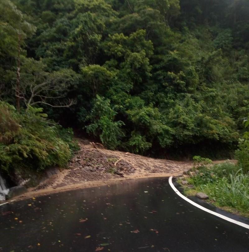 新竹縣尖石鄉竹60線鄉道13公里處,今天上午7點多因邊坡土石坍方滑落,目前交通暫時中斷,預計11點以後可搶通。(記者廖雪茹翻攝)