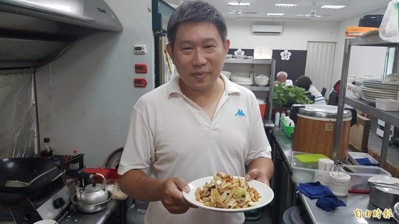 木須肉炒餅讓眷村第二代、第三代顧客,想起媽媽味的家常菜。 (記者丁偉杰攝)