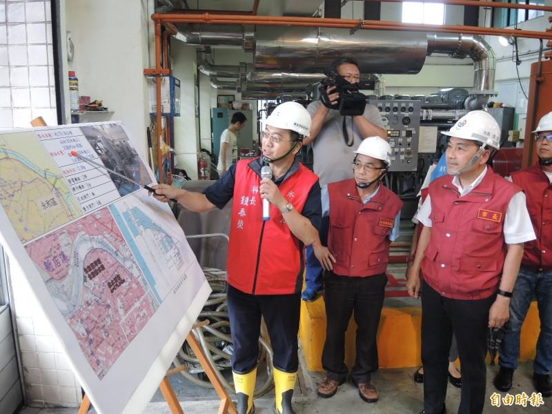 侯友宜(右)認為,面對颱風要用最高標準迎戰「寧可做過頭,也不可不做」。(記者翁聿煌攝)