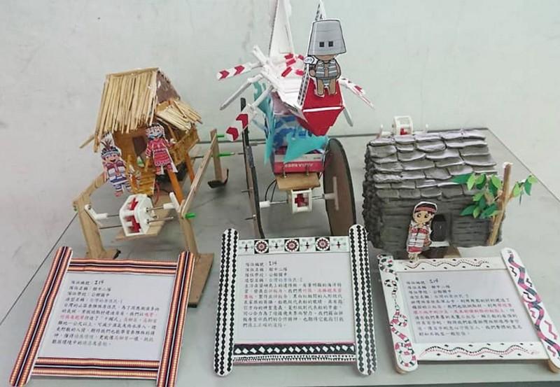 學生將機器人的外觀,利用校舍改建的沙土為素材,創作出台灣原住民泰雅的高腳屋、達悟的拼板舟,造型備受肯定。(記者彭健禮翻攝)