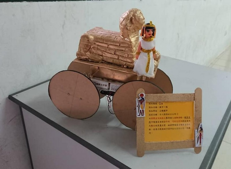 學生將機器人的外觀,利用校舍改建的沙土為素材,創作埃及人面獅身。(記者彭健禮翻攝)