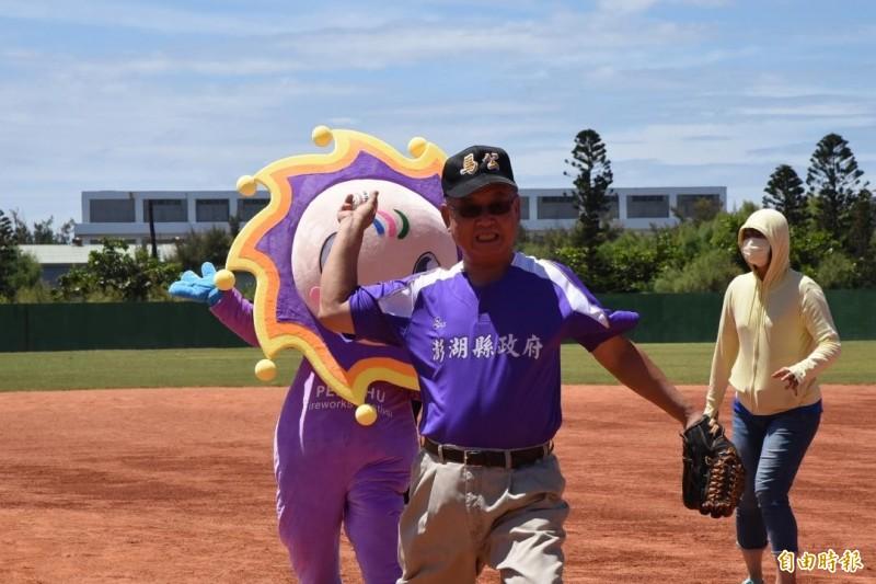 澎湖縣長賴峰偉擔任開球投手,投起來有模有樣。(記者劉禹慶攝)