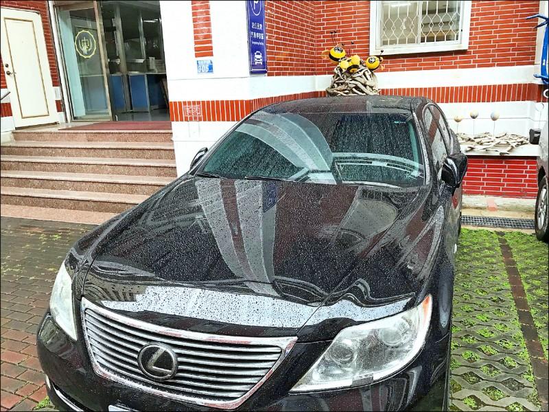 黃姓老闆駕駛名車到台南分署說明,但仍無繳款誠意。(記者王俊忠翻攝)