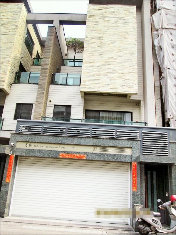 營造公司黃姓老闆欠稅98萬元,卻仍住豪宅。(記者王俊忠翻攝)