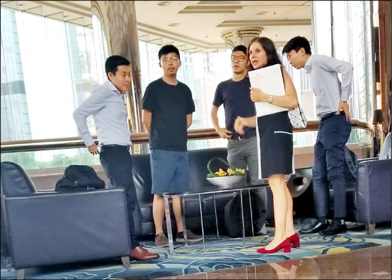「香港眾志」秘書長黃之鋒(左2)及常委羅冠聰等4人,6日在金鐘萬豪酒店會見美駐港澳總領事館政治部主管伊迪(右2)。(中央社)
